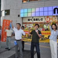 ガンバロー三唱で締める成田県北地域連合議長代理(中央)