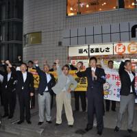 がんばろう三唱をする連合福島加藤事務局長(2)