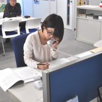 電話相談に応対する青年女性委員会の伊東さん