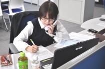 電話相談に応対する、UAゼンセンの渡邉さん