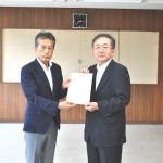 島浦幸夫福島労働局長に要請書を渡す今泉裕連合福島会長(左)