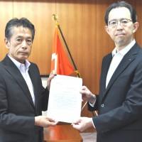 内堀知事に政策・制度の提言書を手交する連合福島今泉会長