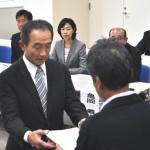 連合福島今泉会長から「推薦状」を手交された吉田泉予定候補者