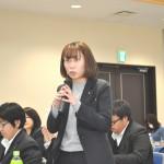 質疑応答で発言する、JP労組・今野未奈子さん