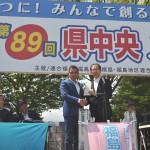 決議文を手交する今野実行委員長と内堀福島県知事