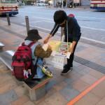 バス待ち時間に方にも最低賃金引上げ署名
