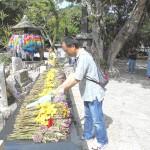 「ひめゆりの塔」に派遣団を代表して献花する丸山団長