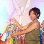 派遣団を代表して「平和の折鶴」を献納する連合福島女性委員会委員・今野未奈子さん