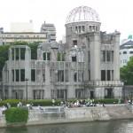 73年が経過した原爆ドーム、手前は原爆投下によって傷ついた数多くの被爆者たちが水を求めたどり着き、力尽きて亡くなった場所の「元安川」