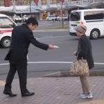 「働き過ぎにレッドカード」チラシ入りグッズを配る連合福島の皆さん②