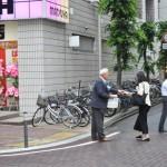 「最低賃金のチェック」を促すチラシを配布する連合福島役員