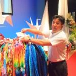 連合福島を代表して平和の折鶴を献納する白岩団長