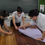 青年女性委員会で平和の折り鶴を折る